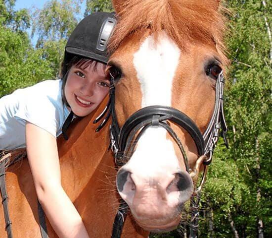 Kind kuschelt mit Pferd